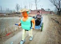 Китайский крестьянин впряг в телегу робота