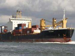 Российские моряки закидали сомалийских пиратов бревнами