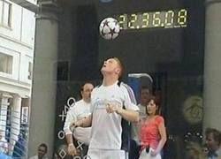 Англичанин жонглировал футбольным мячом в течение суток