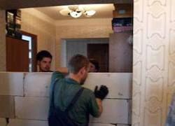 Приставы замуровали жильцов в спорной квартире