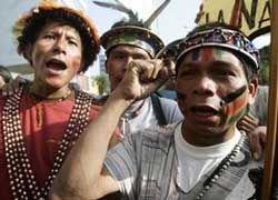 Вооруженые копьями индейцы заблокировали дороги в Перу