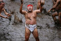 Фестиваль грязи в Порёне привлекает тысячи туристов
