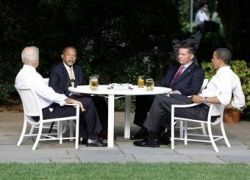 Обама выпил пива с участниками расистского скандала