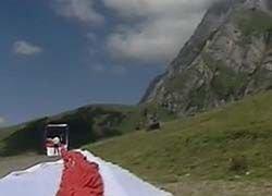 Швейцарские альпинисты развернули самый большой флаг