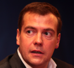 Медведев потребовал снизить цены на услуги чиновников