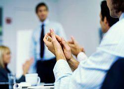 Работодатели меняют страховки на грамоты