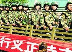 Улицы Урумчи охраняют тысячи военных и танки