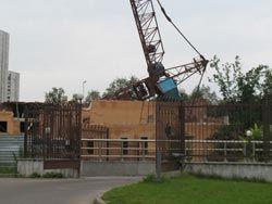 В Екатеринбурге строительный кран упал на жилой дом