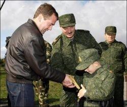 """Медведев подарил Лукашенко \""""золотой\"""" пистолет"""