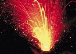 На Камчатке вулкан извергается многотонными бомбами