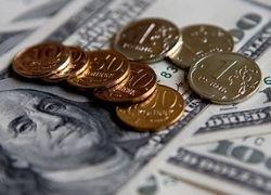 Рубль укрепляется к доллару и падает к евро