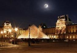 По ночам в Лувре высмеивают снобизм и элитарность