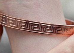 Ученые развенчали миф о пользе браслетов при артрите