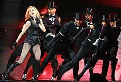 Мадонне грозят запрет на пение и выселение на улицу
