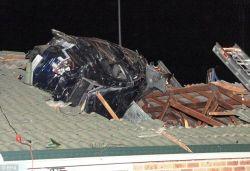 В Австралии автомобиль въехал на крышу дома