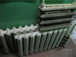 В Уральском поселке власти окрашивают воду в батареях