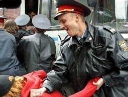 Милиционер избил задержанного ногами