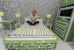 200 тысяч пластиковых карточек ушло на создание отеля
