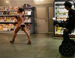 В Коломне магазин предлагает голым людям уносить всё