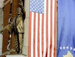 В Косово Клинтону поставили памятник