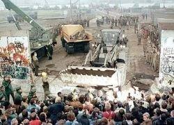 Половина россиян не знает, почему пала Берлинская стена
