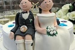 Супруги подали в суд за свадебный торт из пластмассы
