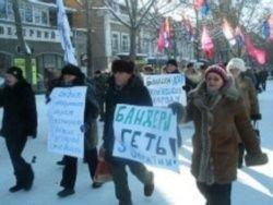 """Украинцы \""""похоронили\"""" Бандеру и выбросили гроб"""