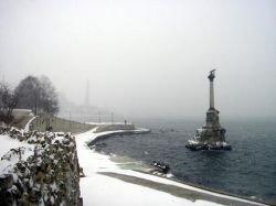 Замерзающий Севастополь отогревают чаем и буржуйками