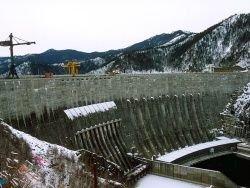 К Саяно-Шушенской ГЭС прилип огромный айсберг