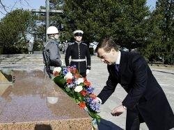 Медведев призвал бороться с попытками оправдать нацистов