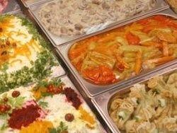 Москвичам советуют не покупать готовые салаты