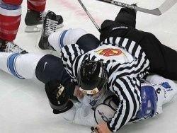 В Швеции судья погиб от удара шайбой во время матча