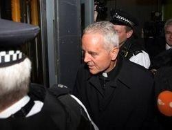 Священник, отрицавший холокост, заплатит 10 000 евро