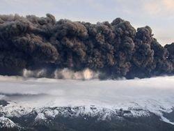 Исландский вулкан извергается с ещё большей силой