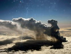Облако пепла продолжает распространяться на восток