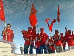 В Киргизии митингующие напали на нового главу МВД
