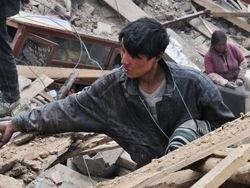 Число жертв землетрясения в Китае достигло 2039 человек