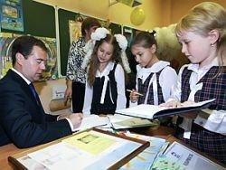 Медведев: никакого перехода к платному образованию не будет