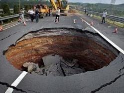 Внезапное появление провалов в земле стало причиной паники
