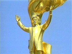 В Туркменистане демонтируют статую Ниязова