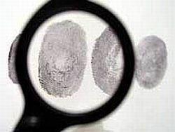 Население добровольно сдает отпечатки пальцев в милицию