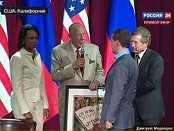 Медведеву в Стэнфорде подарили копию советского плаката