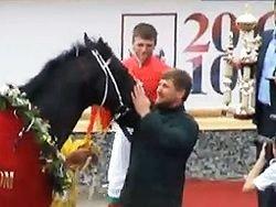 Кадыров поцеловал коня, победившего в скачках