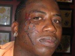 Американский рэпер набил на лице тату-мороженое