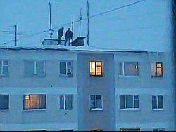 Новое увлечение молодежи - прыжки в снег с крыш