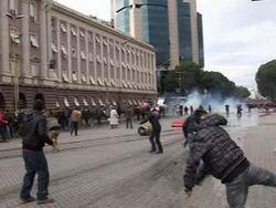 В столице Албании начались массовые беспорядки