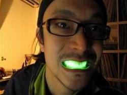 Шокирующий писк моды - светящиеся зубы