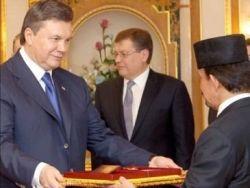В Брунее Януковичу подарили длинноносую обезьянку