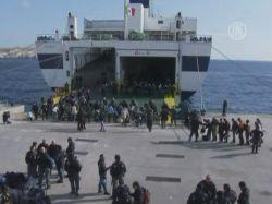Мигрантов перевозят с Лампедузы на материк
