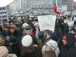 """В Новосибирске пенсионеры закидали яйцами офис """"ЕдРа"""""""